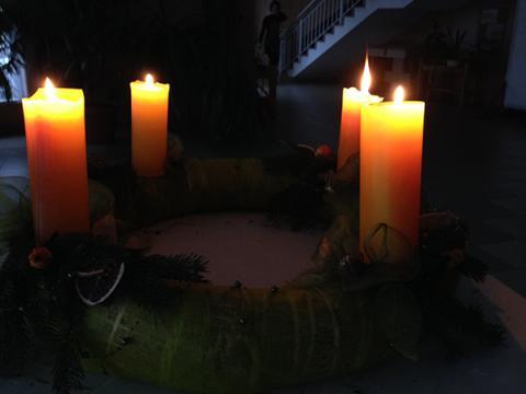 Négy gyertya ég az adventi koszorún
